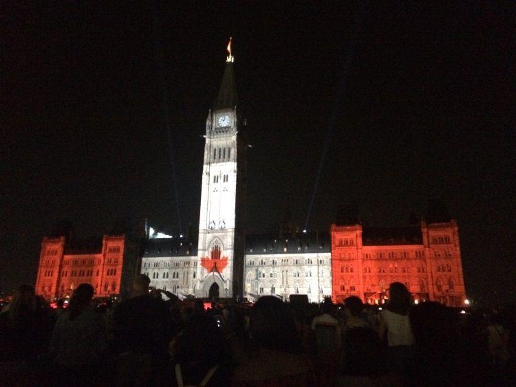 Das beleuchtete Parlamentsgebäude in den Farben der Flagge in Ottawa.