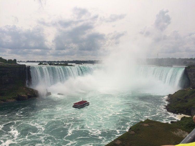 Die Niagarafälle im Sommer.