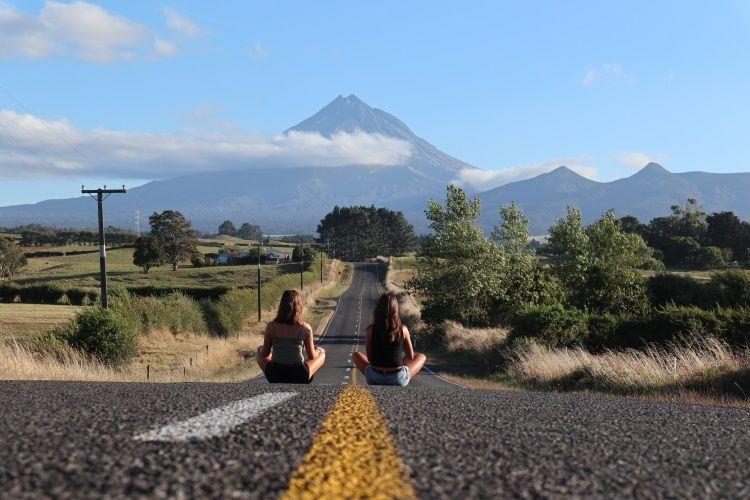 Sina und Lilly mit Blick auf den Mount Taranaki