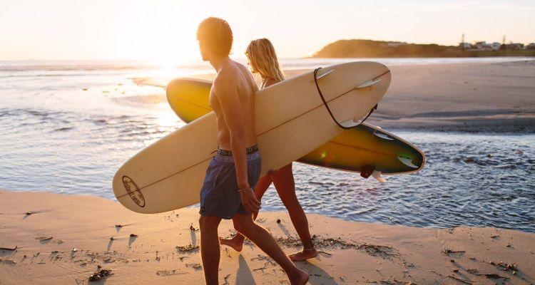 Surfer mit Surfboard