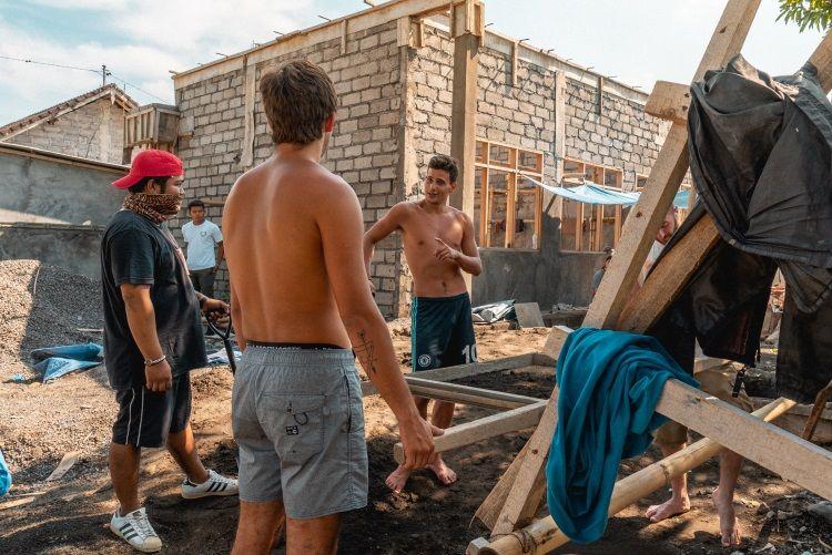 Volunteers bei Renovierungsarbeiten