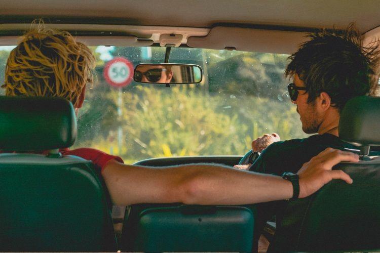 Work and Traveller im Auto